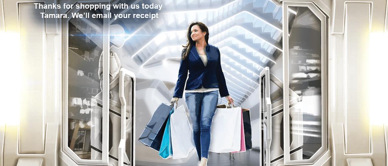 Damen med handleposer på vei ut av butikk
